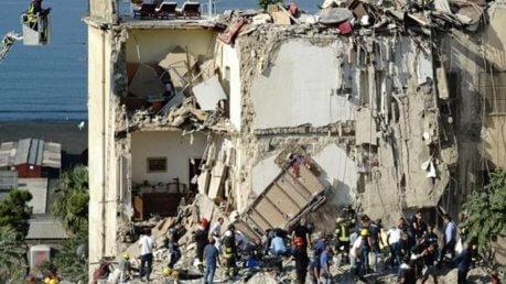 Torre Annunziata, domani funerali 8 vittime crollo palazzina: sindaco proclama lutto cittadino